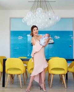Єва Лонгорія без макіяжу з немовлям на руках (Фото)