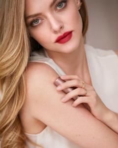 Неймовірно ніжна Аманда Сейфрід у новій рекламі помад від Lancôme