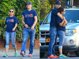 13789ch85243_ashton-kutcher-and-mila-kunis-in-t-shirts-with-the-logo-of-chicago-bears.jpg