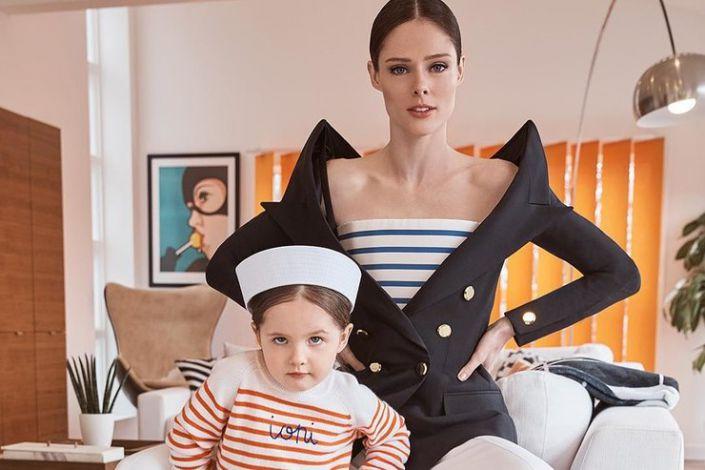 Відома модель з дочкою позують у морській фотосесії
