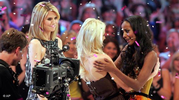 Фінал сезону 2009 року. Зліва - Хайді Клум. Праворуч - переможниця Сара Нуру