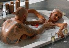 Ларсон зайнявся сексом у ванні з блондинкою